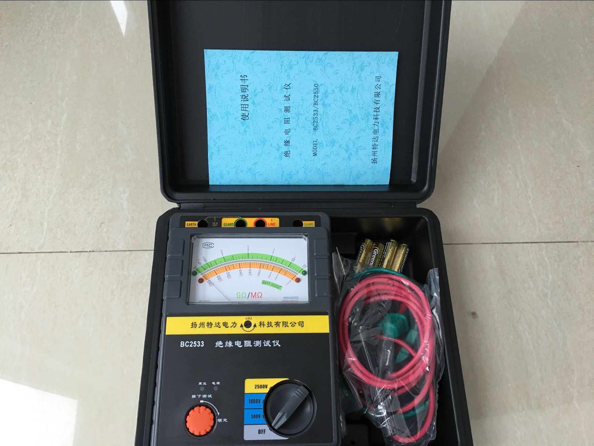 TD2533型绝缘电阻测试仪TD2533型在500V最高可测20G,1000V最高可测40G, 在2500V最高可测100G; 2、额定的输出电压保持在TD2533型为4M/8M/20M,这使得仪表能够精确测量较低的绝缘阻抗。 3、自动转换的高低范围双刻度指示, 彩色刻度易于读识, 并且有LED显示相应色彩。 4、整机采用ABS塑料机壳便携式设计,具有抗干扰能力强、结构紧凑.